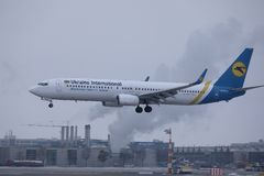 Ukraine International Airlines lądowanie na lotnisku fotografia stock