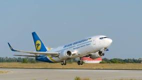 Ukraine International Airlines stijgt bij de luchthaven van Kharkiv op Osnova stock foto's
