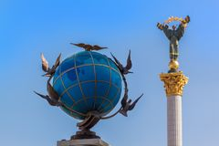 Free Ukraine, Kiev: Globe With Pigeons On The Background Of The Statue Of Liberty Stock Photos - 146616383