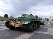 ukraine kiev Minnes- komplex av museet av det stora patriotiska kriget Militär utrustning Behållare med blommor Royaltyfri Foto