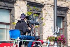 ukraine kiev Oktober 2018 Operatör med en videokamera medan fotografering för bildbyråer