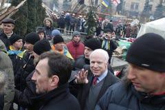 ukraine kiev Senator McCain op het Onafhankelijkheidsvierkant tijdens de Revolutie` s Waardigheid Tijd: 14:28 tot 15 12 2013 royalty-vrije stock afbeeldingen