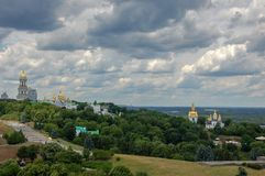 ukraine Kieven Pechersk Lavra är ett gemensamt namn för ett helt komplex av domkyrkor, klockatorn, kloster, befästningväggar royaltyfri foto