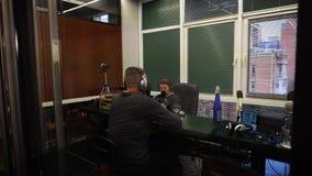 Ukraine, Kiew - 10. Februar 2017: Unterhaltungsinterview der laufenden Radiosendung von zwei Leuten im Studio stock video