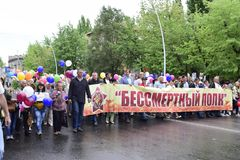 Ukraine, Kiew - 05 9 2016: Leute feiern den Tag des Sieges in den Straßen der Stadt, ein Militärmusiker Stockbild