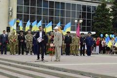 Ukraine, Kiew - 05 9 2016: Leute feiern den Tag des Sieges in den Straßen der Stadt, ein Militärmusiker Stockbilder