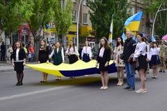 Ukraine, Kiew - 05 9 2016: Leute feiern den Tag des Sieges in den Straßen der Stadt, ein Militärmusiker Lizenzfreie Stockfotografie