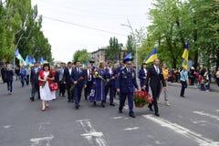 Ukraine, Kiew - 05 9 2016: Leute feiern den Tag des Sieges in den Straßen der Stadt, ein Militärmusiker Lizenzfreie Stockbilder
