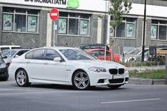 Ukraine, Kiew; Am 5. März 2014; Weißes BMW F10 in der Bewegung stockfotos