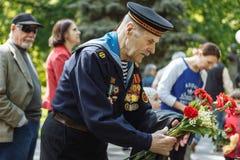 UKRAINE, KIEW am 9. Mai 2016 Victory Day, am 9. Mai Monument zu einem unbekannten Soldaten: Veterane des Zweiten Weltkrieges trag Stockbilder