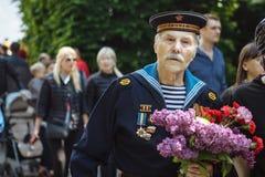 UKRAINE, KIEW am 9. Mai 2016 Victory Day, am 9. Mai Monument zu einem unbekannten Soldaten: Veterane des Zweiten Weltkrieges trag Stockfotografie