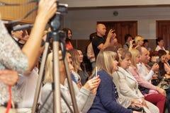 ukraine Kiew-Mai 19,2017 Viele Leute sitzen in der Halle Lizenzfreies Stockfoto