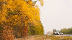 Ukraine, Kiew Weg E95 10 10 18, die ein großer LKW entlang eine schöne Herbststraße in der Zeitlupe fährt stock video