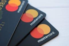 Ukraine, Kremenchug - Februar 2019: Schließen Sie oben von einem Stapel von MasterCard-Kreditlasts-Debetbankkarten lizenzfreie stockfotografie
