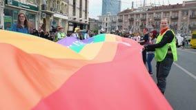 Ukraine, Kyiv, am 17. Juni 2018 Anhänger und Teilnehmer des Homosexuellen oder der LGBT-Stolz Parade, die bunte Flagge wellenarti stock footage