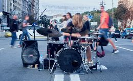 Street musican and his performance with drums stock images