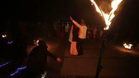 ukraine Lviv 05 01 2018 Gelukkige Gelukkige Nieuwjaar` s Vooravond Beëindigend het huwelijk met een vreemde brand toon De bruideg stock videobeelden