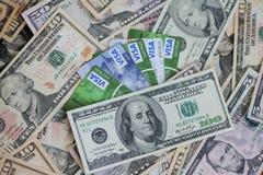 UKRAINE - am 8. Mai: Haufen von Kreditkarten, Visa, mit US-Dollar Lizenzfreie Stockfotos
