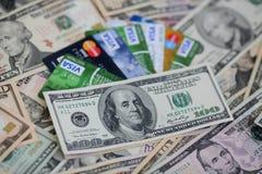 UKRAINE - am 8. Mai: Haufen von Kreditkarten, von Visa und von MasterCard, Lizenzfreie Stockfotos
