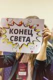 Ukraine, Odessa 24. September 2017 Das Mädchen bedeckt ihr Gesicht mit einem Zeichen mit der Aufschrift Lizenzfreies Stockbild