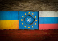 Ukraine, Russe, NATO und europäischer Flaggenhintergrund Stockbilder