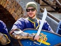 ukraine Staroskonstantinov Augusti 2018 En man som bär en medieva royaltyfri foto