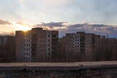 ukraine Tjernobyl uteslutandezon - 2016 03 19 Byggnader i den övergav staden av Pripyat Arkivfoton