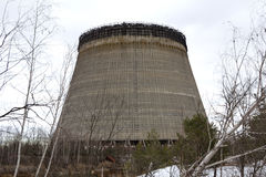 ukraine Tjernobyl uteslutandezon - 2016 03 20 det oavslutade tornet är nära kärnkraftverket Arkivfoto