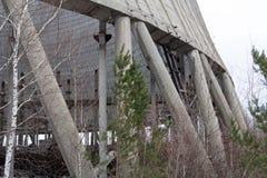 ukraine Tjernobyl uteslutandezon - 2016 03 20 det oavslutade tornet är nära kärnkraftverket Royaltyfria Bilder
