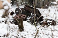 ukraine Tjernobyl uteslutandezon - 2016 03 20 Gamla metalldelar på abandonetsovjetmilitärbasen Royaltyfri Bild