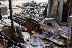 ukraine Tjernobyl uteslutandezon - 2016 03 20 Gamla metalldelar på abandonetsovjetmilitärbasen Fotografering för Bildbyråer