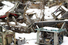 ukraine Tjernobyl uteslutandezon - 2016 03 20 Gamla metalldelar på abandonetsovjetmilitärbasen Arkivbilder