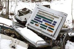 ukraine Tjernobyl uteslutandezon - 2016 03 20 Gamla metalldelar på abandonetsovjetmilitärbasen Royaltyfri Foto