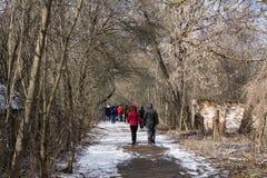 ukraine Tjernobyl uteslutandezon - 2016 03 19 Turister som strosar till och med en övergiven by Royaltyfri Bild