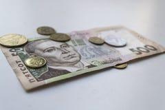 Ukrainer Hryvnia Ukrainisches Geld Banknote mit Münzen nahaufnahme Lizenzfreie Stockfotos