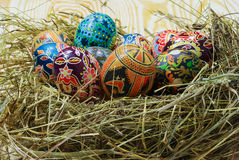 Ukrainer-Ostereier auf Stroh Lizenzfreie Stockbilder