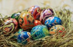 Ukrainer-Ostereier auf Stroh Stockfotos