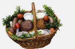 Ukrainer-Ostern-Lebensmittelkorb. Stockfoto