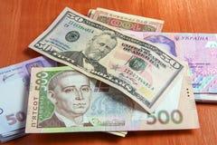 Ukrainer- und maryanskawährung auf dem Tisch Stockbilder