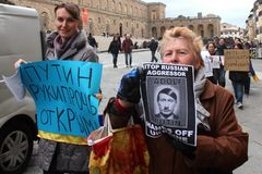 Ukrainian community protest against Putin Stock Photos