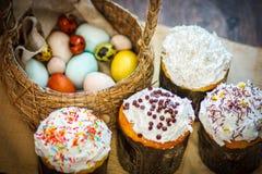 Ukrainien traditionnel de kulich de gâteau de Pâques avec les oeufs colorés en Th Photo stock