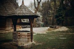 Ukrainien traditionnel puits d'eau, vieil en bois rustique bien dans un fa Image stock