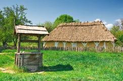Ukrainische alte Protokollhütte und -vertiefung Stockfotos