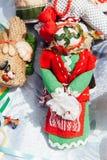 Ukrainische Andenken - ein gestrickter Spielzeugtalisman stockfotos