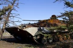 Ukrainische Armee des Infanteriekampffahrzeugs fest in den Bäumen Lizenzfreie Stockbilder
