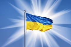 Ukrainische Flagge auf blauer Himmel backgroud und großer Sonne Lizenzfreies Stockbild