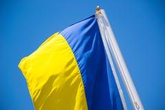 Ukrainische Flagge auf dem Hintergrund des Himmels Stockfotos