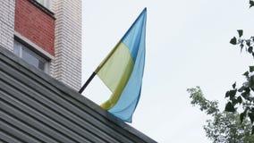 Ukrainische Flagge in der Stadt stock footage