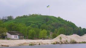 Ukrainische Flagge, die über Devich-Berg in Trypillia-Dorf flattert stock video footage