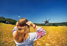 Ukrainische Frau im ethnischen Kostüm lizenzfreies stockfoto